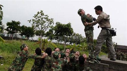 东莞拓展培训课程:信任背摔