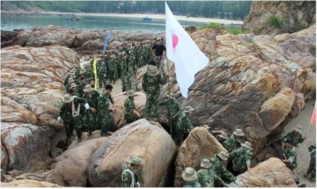 东莞户外拓展训练:海岛生存课程课程内容概述:   海岛部落生存法则课程将采用野外苛刻的生存体验式训练方式,为期2天时间。需要队员在生理的和心理上有极强的潜能发挥,以协作、沟通、责任为主线,以体能运动为导引,以心理挑战为重点,借助海岛生存营成立大会;定向穿越;速降;穿越曲径;拯救人质行动;抢滩登陆;营救受伤队员等野外生存技巧的训练项目为载体,通过团队的生成、整合、提升和实战模拟,引发参训学员对共同目标和跨部门合作的深入理解,培养学员创新和风险意识,加强员工间的理解、协作和沟通,创建卓越团队。   另一方