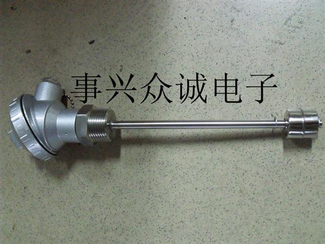 浮球液位控制器的工作原理直接、简单。通常将密封的非磁性金属或工程塑胶管内根据需要设置一点或多点磁簧开关,再将带有内置磁性系统的浮球固定在本体管内磁簧开关相关位置上,使浮球在一定范围内上下浮动,利用浮球内的磁性系统透过本体管去触发磁簧开关的闭合或断开,以产生开关动作,达到控制液位的目的。这种简单开关已得到证明的工作原理适合于各种工业状况下的液位测量。常开和常闭是没有注入液体时的状态。浮球液位开关广泛用于电子、电力、化工、水处理、给排水等各行各业的液位控制及报警。浮球液位开关分标准品和定制品,为方便用户,