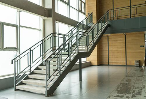 东莞日立电梯办公楼钢结构楼梯安装