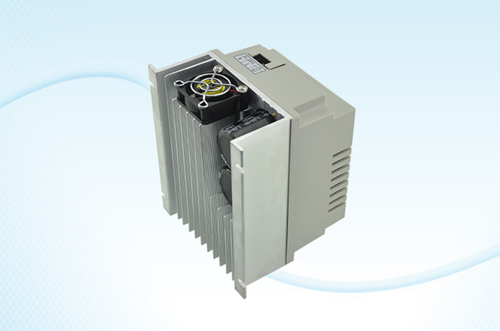 单相单电容电机可用,免拆电容,电机功率2.2kw以内 1.输入电源 1PH 220V(160V-250V);输出:1PH 0-220V; 2.专用电机控制IC,电压矢量控制,纯正的SVPWM输出; 3.IPM模块为功率驱动核心部件,内置过流、短路、过温等多种可靠保护; 4.调节压力范围:0-3.5公斤(0.35Mpa); 5.