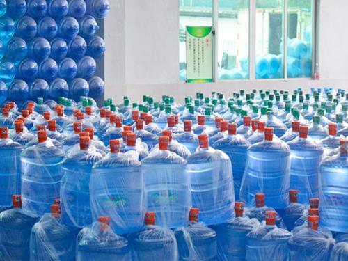 洪梅桶装水在哪里买_源美饮料_小区_学校_公司_华龙山泉_山泉