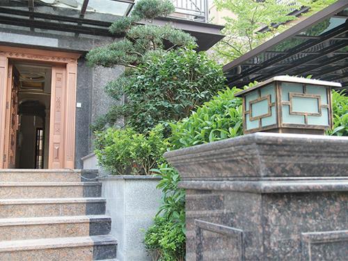 台阶式的花池植于两侧,强调建筑入口,美化环境 到处泛着典雅的欧式
