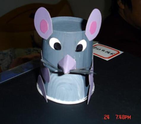 用双面胶在一次性纸杯上粘贴上小兔子的