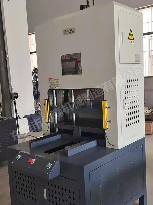 伺服滑臺3D沖切機