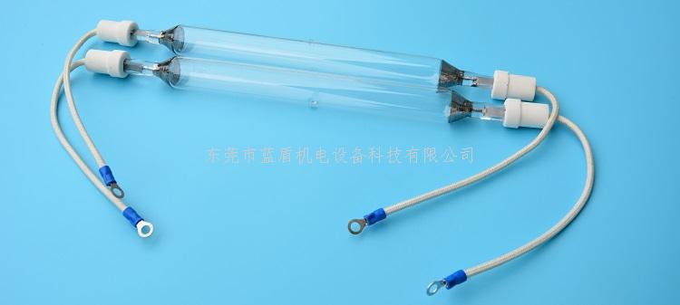 UV水银灯是在石英玻璃的发光管里直译高纯度水银和少量稀有气体,可有效的放射出主峰波长为365nm、254nm、303nm、313nm不同波长的紫外线。与其它灯相比,因其具有短波长紫外线输出功率高的特点,被广泛应用于固化涂料的涂层工艺方面。