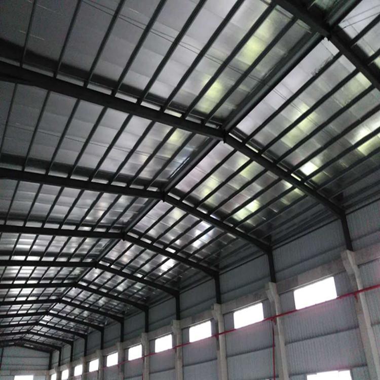 钢结构的含义:用钢材建造的工业与民用建筑设施被称为钢结构 钢结构的成份: 1、预埋件,(能稳定厂房结构) 2、柱子,一般用H型钢,或者C型钢(通常是用角钢把两根C型钢连接) 3、梁,一般都用C型钢和H型钢,(中间积的高度根据梁的跨度来定) 4、棒,通常是C型钢的,也有用槽钢的。 5、瓦,分两种,第一种是单片瓦(彩钢瓦)。第二种是复合板。(两层瓦中间搁着泡沫起到冬暖夏凉的作用,也有隔音的效果)。 钢结构建筑的特点: 1、钢结构建筑质量轻,强度高,跨度大。 2、钢结构建筑施工工期短,相应降低投资成本。 3、钢