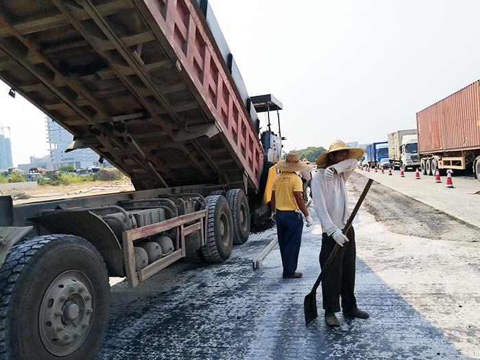 松山湖大道地铁口道路恢复施工