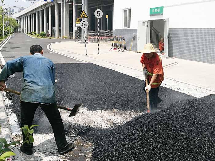 东莞市中铁二局部分道路摊铺沥青施工