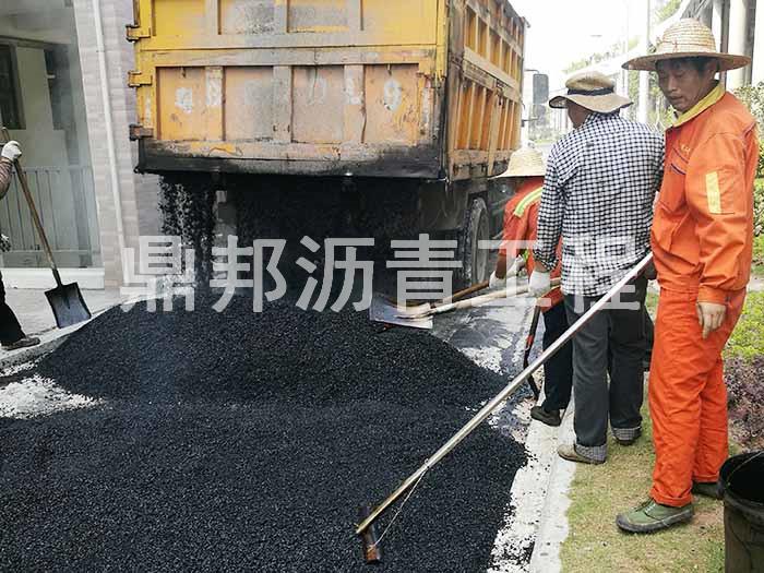 中铁二局部分道路摊铺沥青施工现场