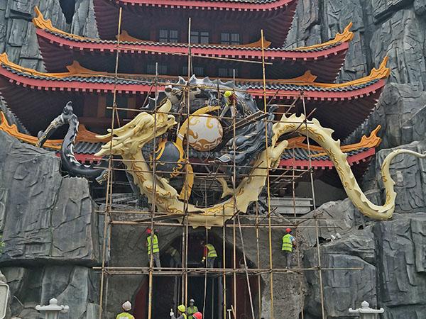 大型雕塑安装现场