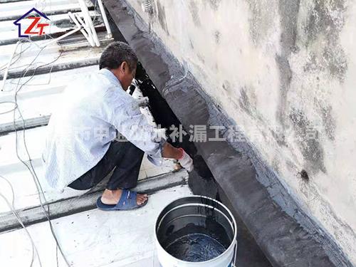 东莞厚街大众专卖店,钢结构屋面、水槽多处漏水,进行补漏修复