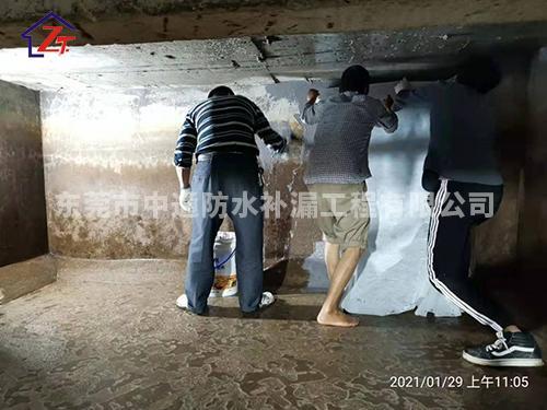 东莞长安工商局楼顶水池漏水至楼梯间,进行重做防水系统