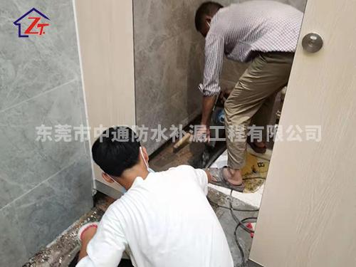 东莞市东坑中心广场二楼男厕漏水至铺面