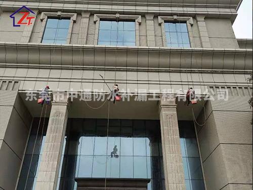 东莞茶山工商局外墙铝塑板进行重新打胶防水密封施工,施工面积约10000㎡