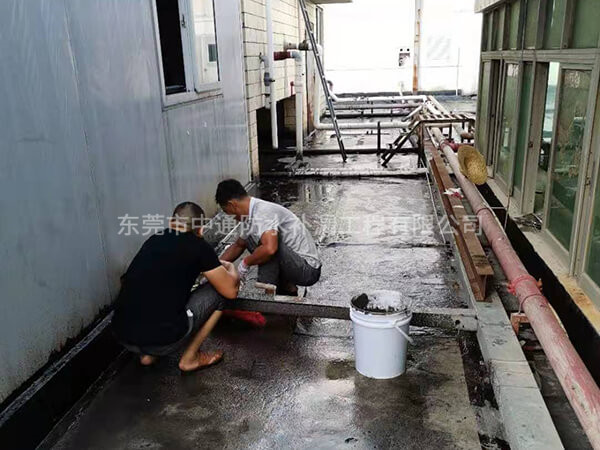 东莞长安华清光学有限公司,AB栋厂房屋面整体防水隔热翻新,施工面积:5600㎡