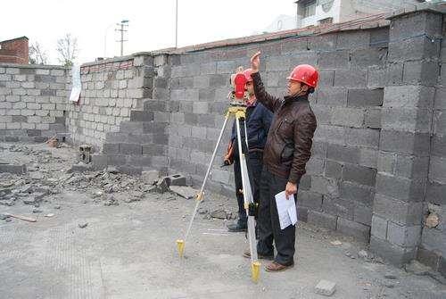 拔出法是将安装在混凝土结构中的锚固件拔出,检测出最大拔出力