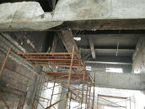 房屋安全鉴定一般采用增加壁柱或采用钢结构加固