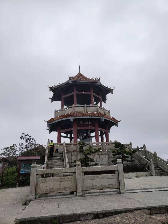 4色5阁_位于东莞第二高峰的爆石山顶,阁顶海拔约838,海拔高度并不逊色最高峰