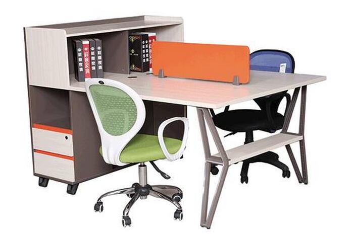 桌子,柜类家具移动时要抬离地面,不要硬拉硬推,以免腿板松动或损坏.